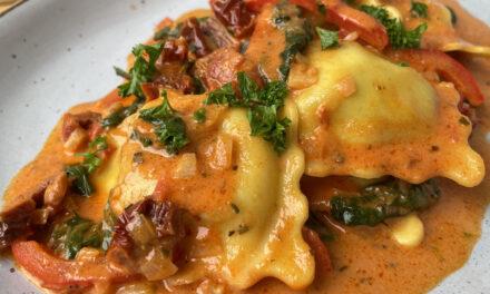 Ravioli in cremiger Tomatensoße