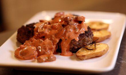 Omas Familien Rezept, Bayerische Fleischpflanzerl mit traditioneller Pilzsoße.